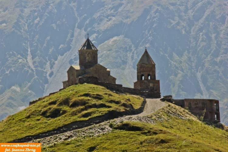 Cminda Sameba. Klasztor zXIV wieku położony nawzgórzu Gergeti nawysokości 2170m n.p.m. Stąd rozpoczynam wędrówkę podszczyt Kazbeka.