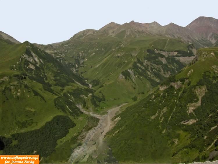 Trasa piękna widokowo, chociaż jakość drogi pozostawia sporo dożyczenia. Mnie tonieprzeszkadza, przeciwnie, powolna jazda podziurawej drodze pozwala lepiej przyjrzeć się pięknym szczytom Kaukazu.