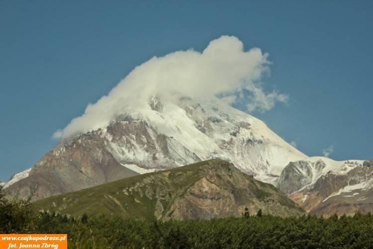 """""""Dymiący"""" szczyt Kazbek. Kazbek jest wygasłym wulkanem. Według legendy towłaśnie tutaj Prometeusz został przykuty doskały zakradzież ognia bogom."""