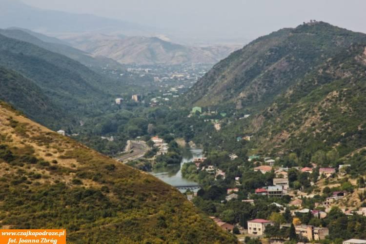 Dawna stolica Gruzji położona wjednym znajpiękniejszych rejonów kraju.