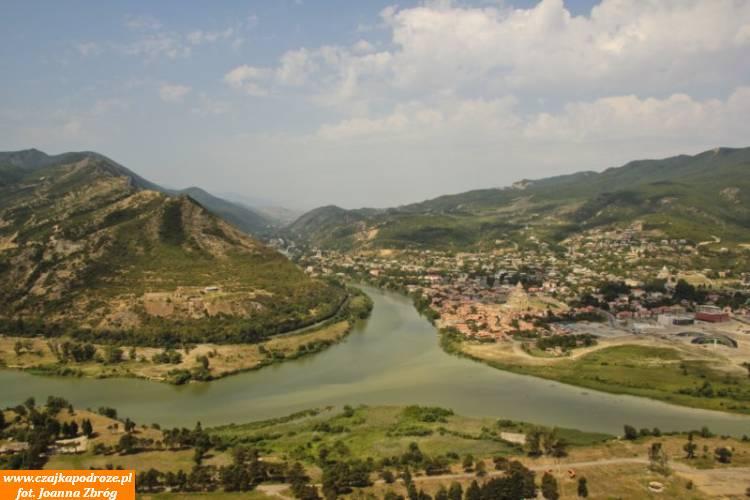 Miasto rozsiadło się uzbiegu dwóch najważniejszych gruzińskich rzek - Kury iAragwy.