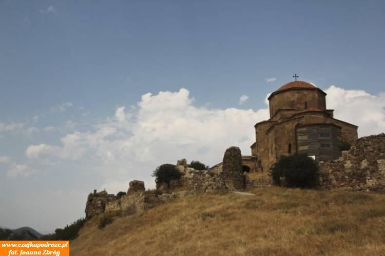 Monaster Dżwari. Jeden znajważniejszych zabytków Mcchety. Położony nawzgórzu góruje nadmiastem. Zbudowany wIV wieku.