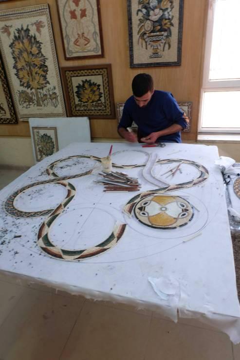 Mozolna praca przy tworzeniu mozaiki. Awszystko tomożna obejrzeć wMadabie.